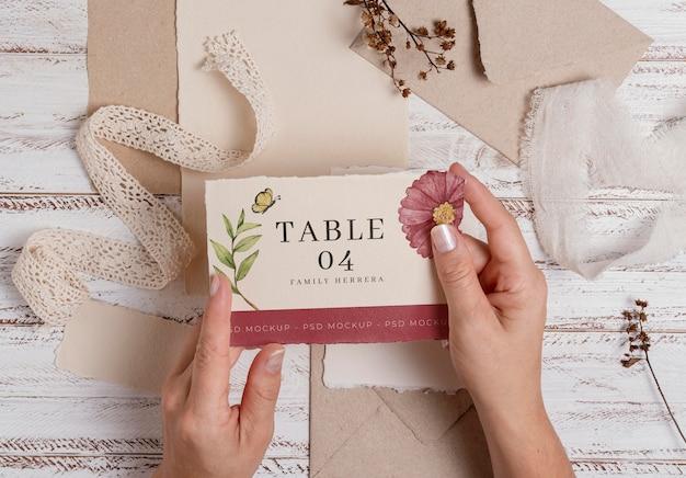 Mockup di natura morta di matrimonio con design del numero di tavolo