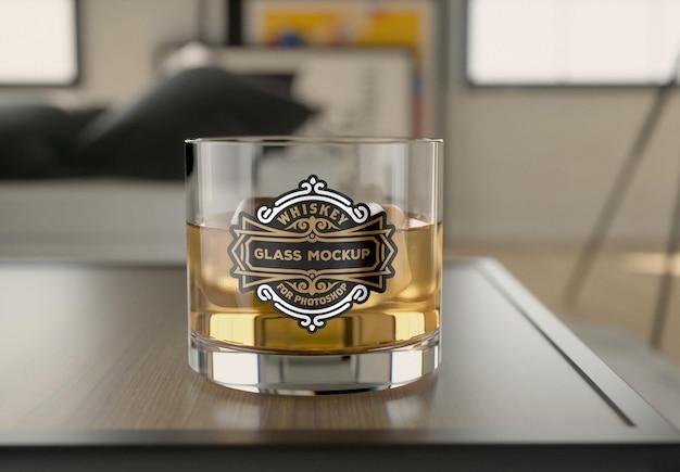 Bicchiere da whisky in vetro mockup