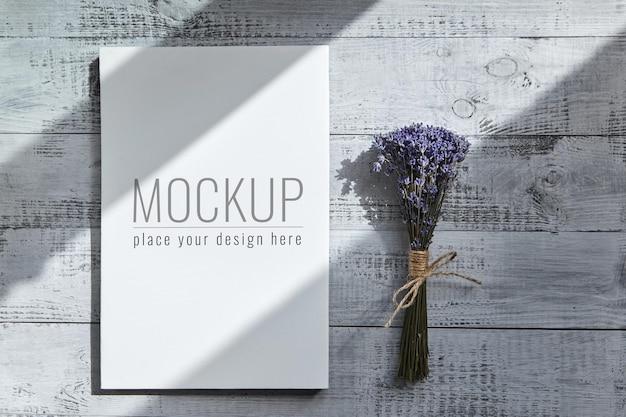 Mockup di tela bianca bianca e bouquet di fiori di lavanda
