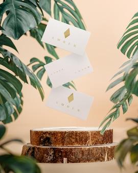 Biglietto da visita bianco che vola sul fondo tropicale della plancia di legno 3d render