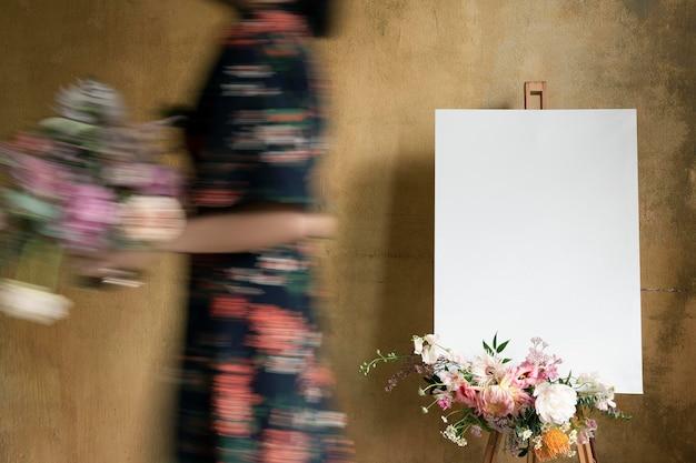 Mockup in tela bianca con un mazzo di fiori