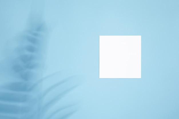 Mockup di carta vuota bianca vuota con ombre floreali