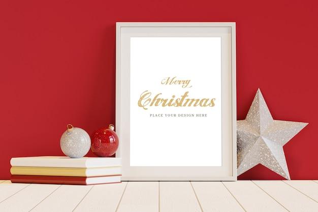 Cornice bianca con mockup di decorazioni natalizie