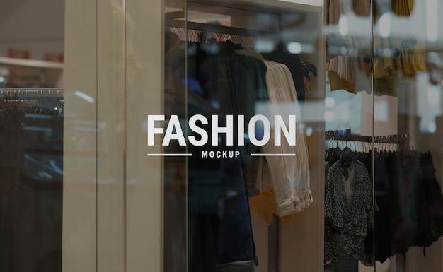 Mockup logo bianco sulla moda di vetro moda al centro commerciale