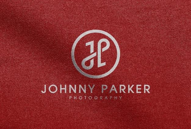 Mockup logo bianco stampato su tessuto rosso