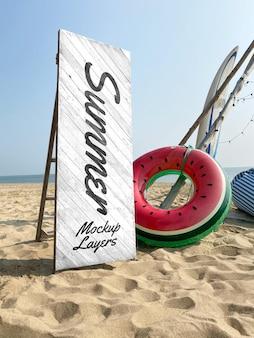 Mockup di spiaggia estiva in legno di segno bianco