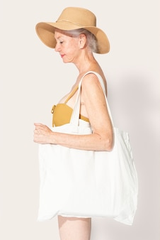 Tote bag bianca psd mockup abbigliamento donna