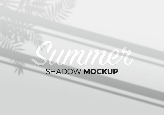 Modello dell'ombra della finestra su un muro con sfondo di foglie di palma