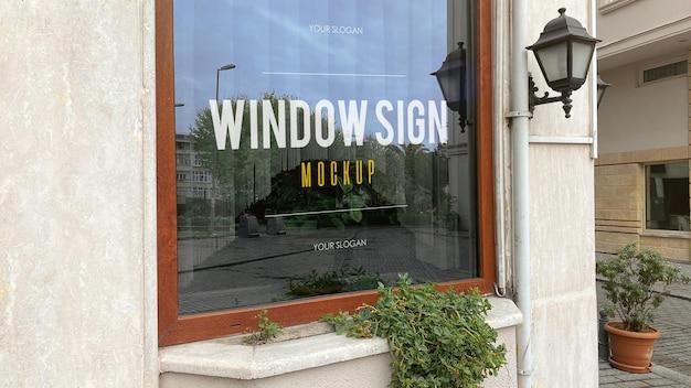 Mockup di segno di finestra in un ristorante moderno