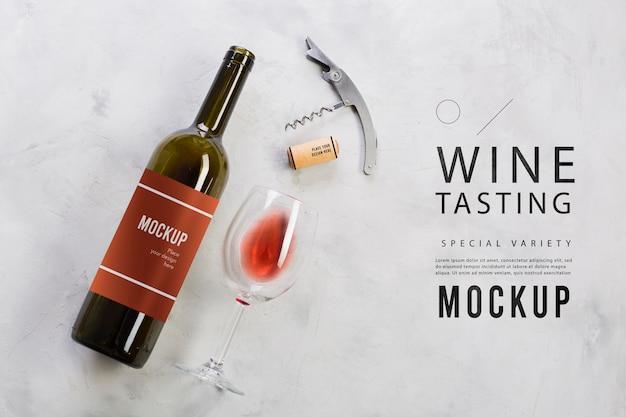 Mock-up di degustazione di vini con bottiglia e bicchiere