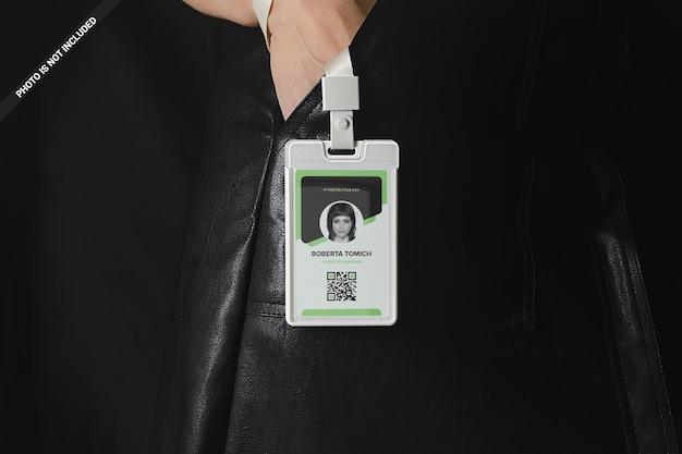 La mano della donna in tasca tiene un mockup di badge in plastica