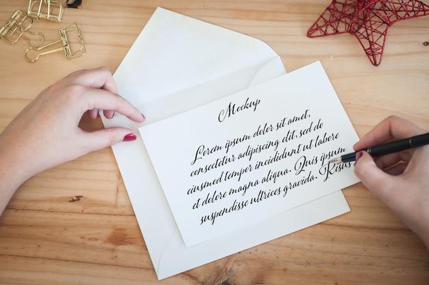 Mani di donna che scrivono un mockup di lettera