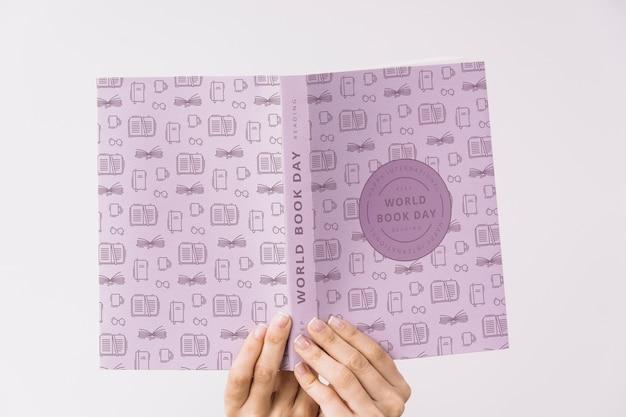 Modello della copertina di libro della tenuta della donna