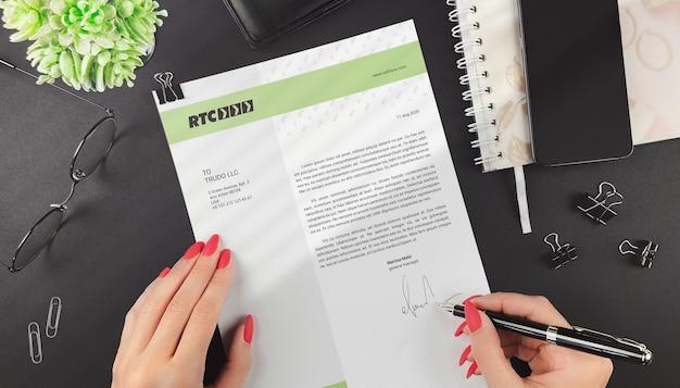 La donna firma un mockup di lettera commerciale