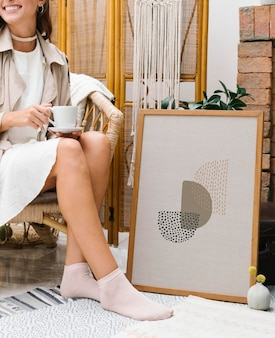 Donna seduta accanto a un modello di cornice
