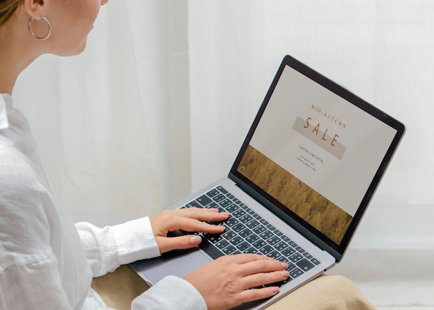 Donna che usa un modello di laptop