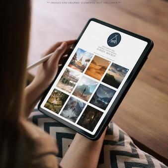 Donna che utilizza il modello del dispositivo tablet tablet
