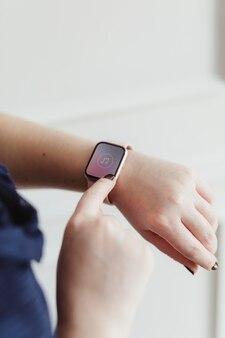 Donna che indossa un modello di smartwatch digitale con icona della musica