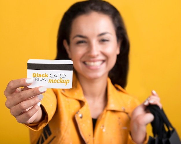 Donna con il concetto di venerdì nero con carta di credito