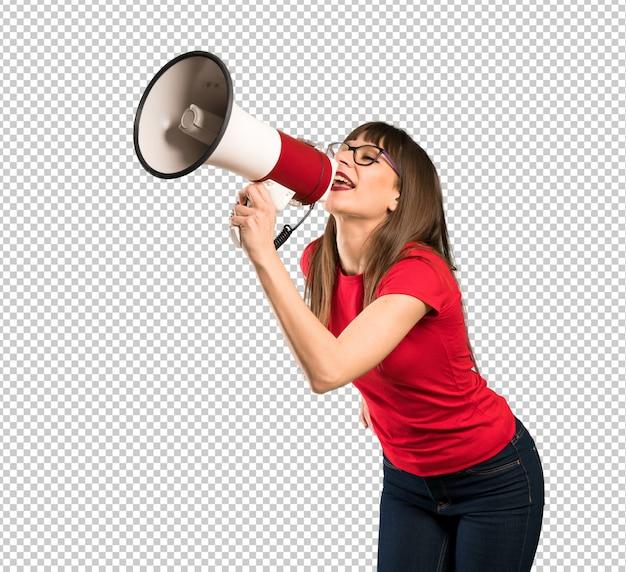 Donna con gli occhiali che grida attraverso un megafono