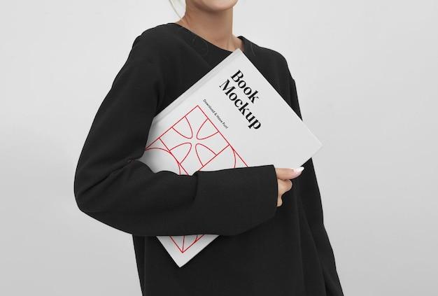 Donne che tengono il libro mockup
