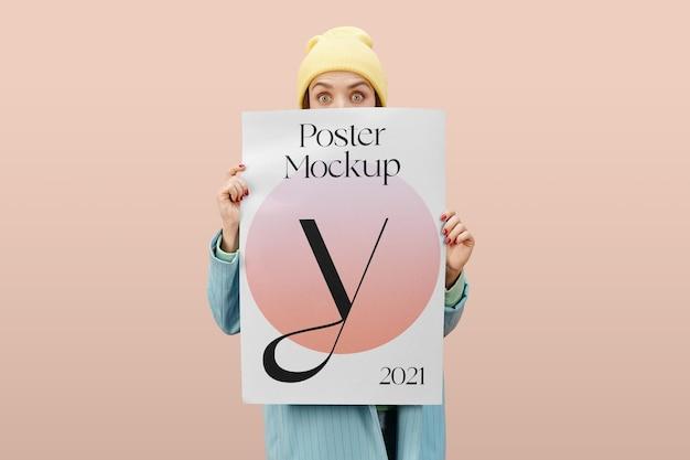 Mockup di poster di donne che tengono