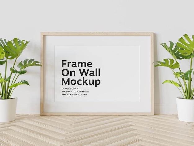 Cornice in legno appoggiata al muro mockup