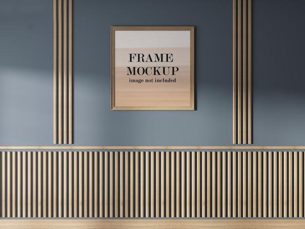 Mockup di cornice in legno sul muro grigio