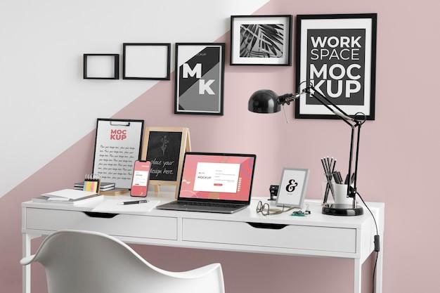 Mockup dell'area di lavoro con dispositivi