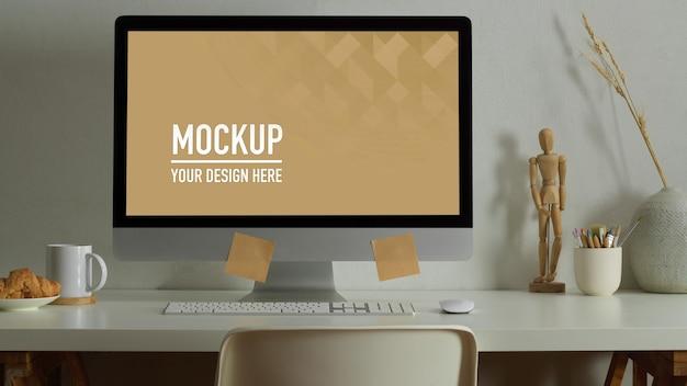 Area di lavoro con mockup desktop, libri e cancelleria