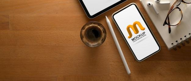 Area di lavoro con smartphone mockup e caffè