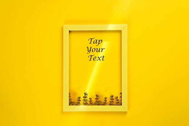 Blocco per grafici giallo con un raggio di sole isolato su superficie gialla