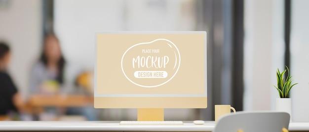Monitor pastello giallo con schermo mockup sulla scrivania in ufficio in rendering 3d sfondo sfocato