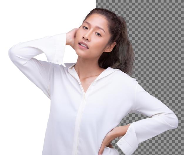 La giovane donna asiatica degli anni '20 indossa una camicia bianca con i capelli neri e guarda la telecamera, isolata. la ragazza si sente fresca e felice al mattino e alza la mano per affrontarla. studio sfondo bianco isolato metà corpo