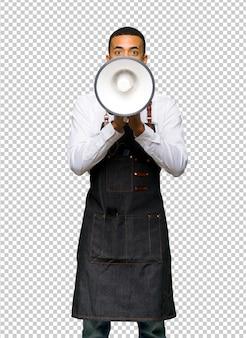 Giovane uomo afroamericano del barbiere che grida tramite un megafono per annunciare qualcosa