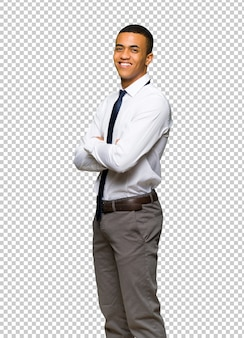 Giovane uomo d'affari afro americano che osserva sopra la spalla con un sorriso