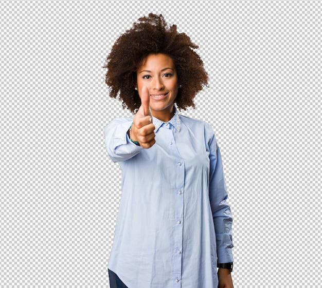 Giovane donna di colore che fa gesto giusto