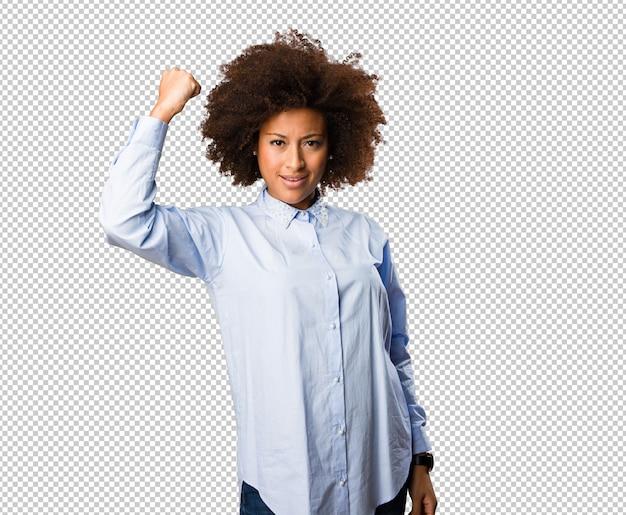 Giovane donna di colore che fa gesto forte
