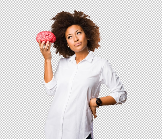 Giovane donna di colore che tiene una forma del cervello