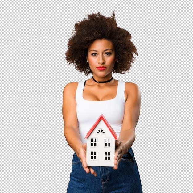 Giovane donna di colore che tiene una casetta