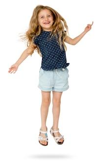 La giovane ragazza caucasica sta saltando