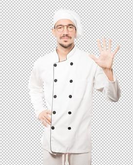 Giovane chef facendo un gesto numero cinque Psd Premium