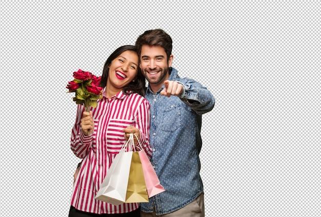 Giovane coppia in giorno di san valentino allegro e sorridente
