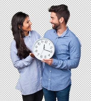 Giovane couplg in possesso di un orologio