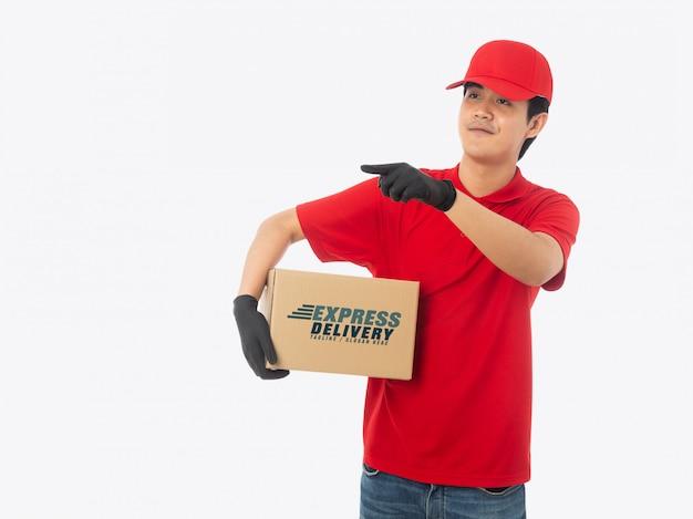 Giovane fattorino che tiene il modello della scatola di cartone di carta