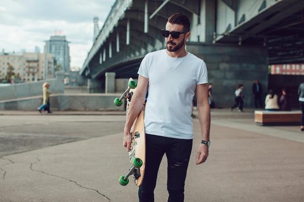 Giovane uomo bello che indossa un mockup di camicia