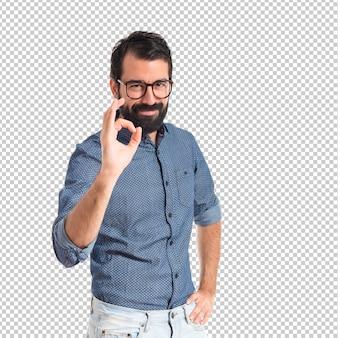 Uomo giovane hipster che fa segno giusto