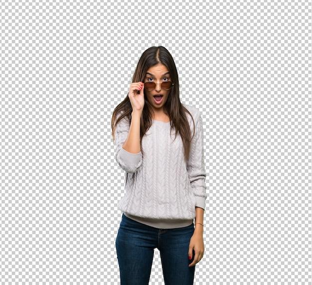 Giovane donna ispanica bruna con gli occhiali e sorpreso
