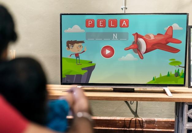 Giovane ragazzo indiano guardando la televisione