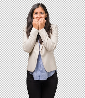Una giovane donna indiana che morde le unghie, nervosa, molto ansiosa e spaventata per il futuro, sente panico e stress
